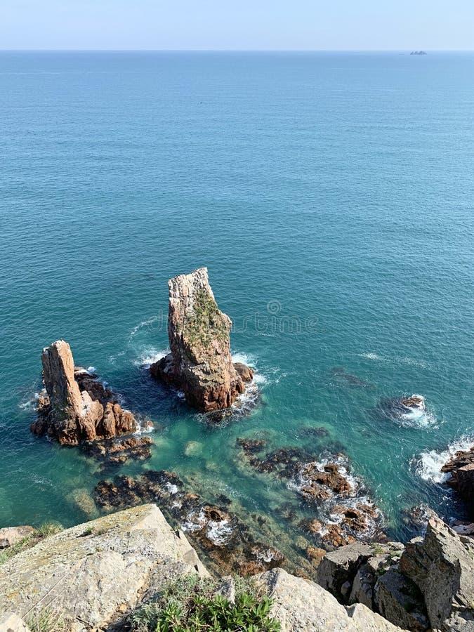 Skalisty brzeg wyspa Shkot w wiośnie Rosja, Vladivostok fotografia stock
