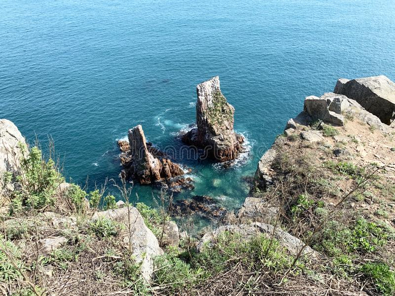 Skalisty brzeg wyspa Shkot w wiośnie Rosja, Vladivostok zdjęcie stock