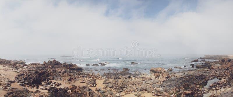 Skalisty brzeg z chmurnym widokiem nad atlantyckim morzem zdjęcie royalty free