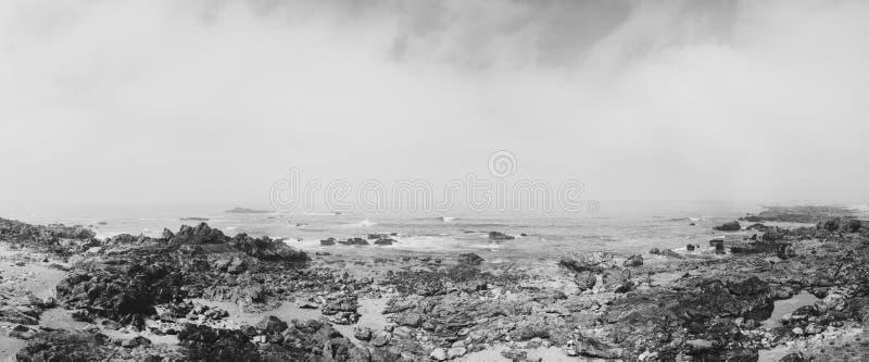 Skalisty brzeg z chmurnym widokiem nad atlantyckim morzem w Portugal zdjęcie royalty free