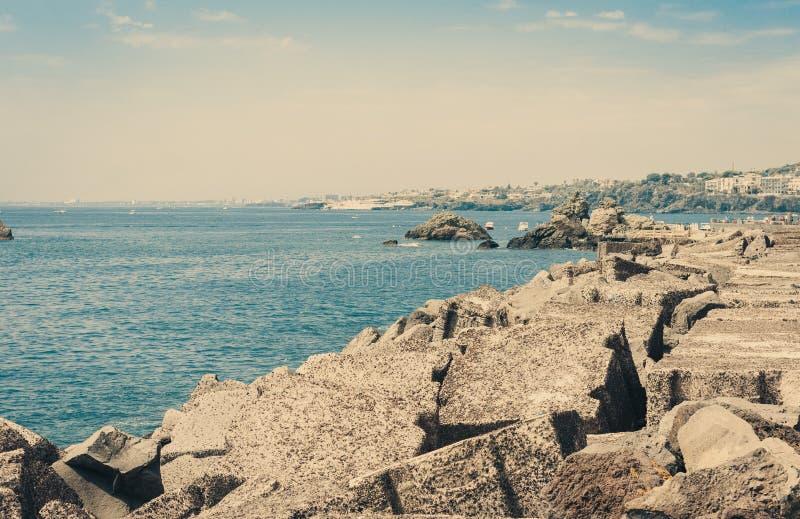 Skalisty denny brzeg Acitrezza obok cyklop wysp, Catania, Sicily, W?ochy obraz royalty free