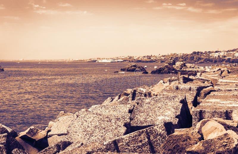 Skalisty denny brzeg Acitrezza obok cyklop wysp na zmierzchu, Catania, Sicily, Włochy zdjęcia royalty free
