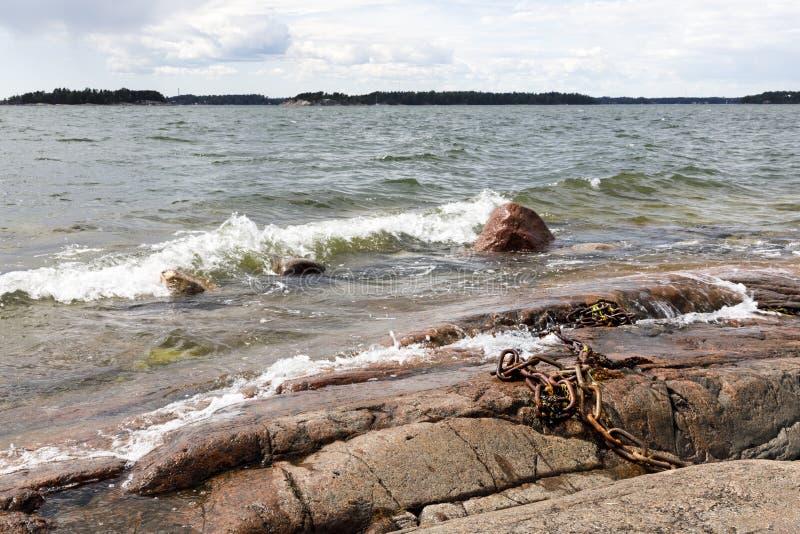 Skalisty denny brzeg i foamy wodne fala zdjęcia royalty free