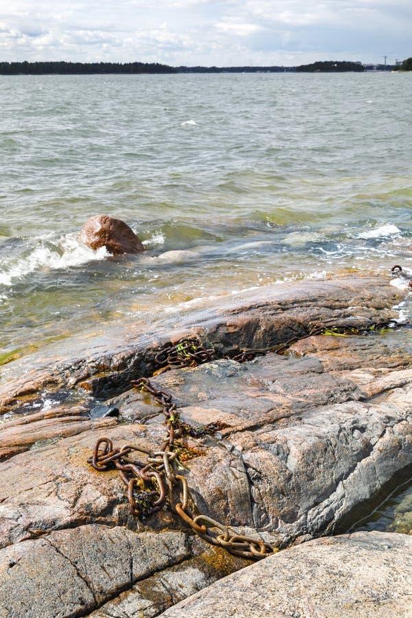 Skalisty denny brzeg i foamy wodne fala obrazy royalty free