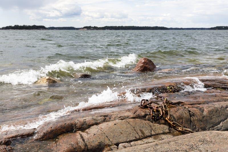 Skalisty denny brzeg i foamy wodne fala obraz stock