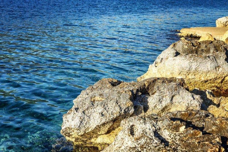 Skalisty denny brzeg, jasny woda Zako?czenie fotografia royalty free