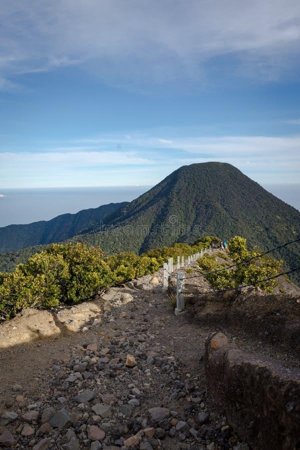 Skalisty droga przemian od szczytu Gede Pangrango góra zdjęcia royalty free
