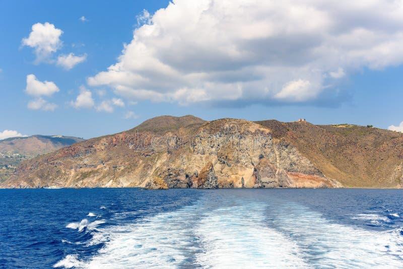 Skalisty falezy wybrzeże Lipari wyspa obraz royalty free