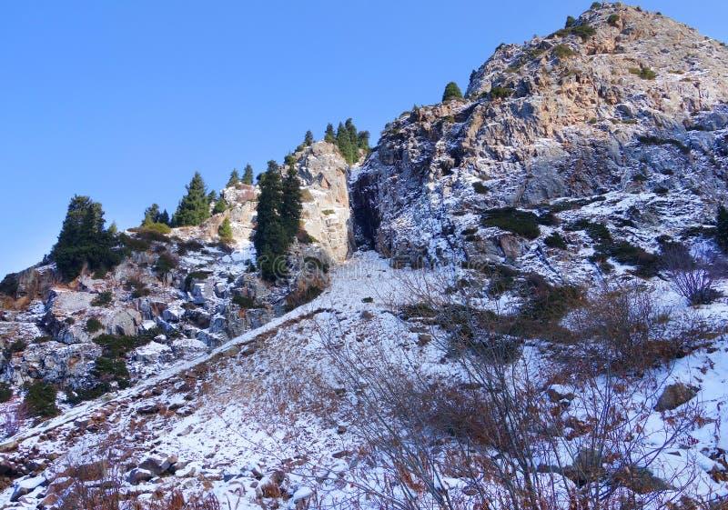 Skalisty halny szczyt w śniegu obrazy stock