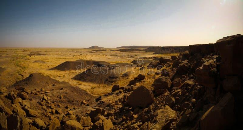 Skalisty krajobraz przy saharą blisko Tchirozerine regionu, Agadez, Niger obraz stock