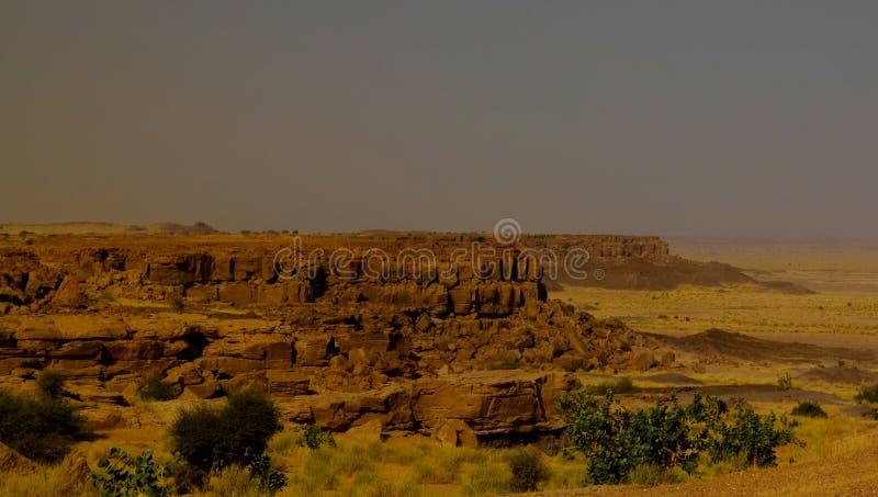 Skalisty krajobraz przy saharą blisko Tchirozerine regionu blisko Agadez, Niger zdjęcia royalty free