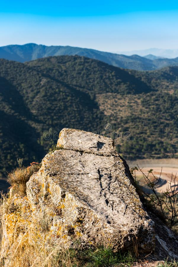 Skalisty krajobraz w Siurana De Prades, Tarragona, Hiszpania Odbitkowa przestrzeń dla teksta pionowo obrazy royalty free
