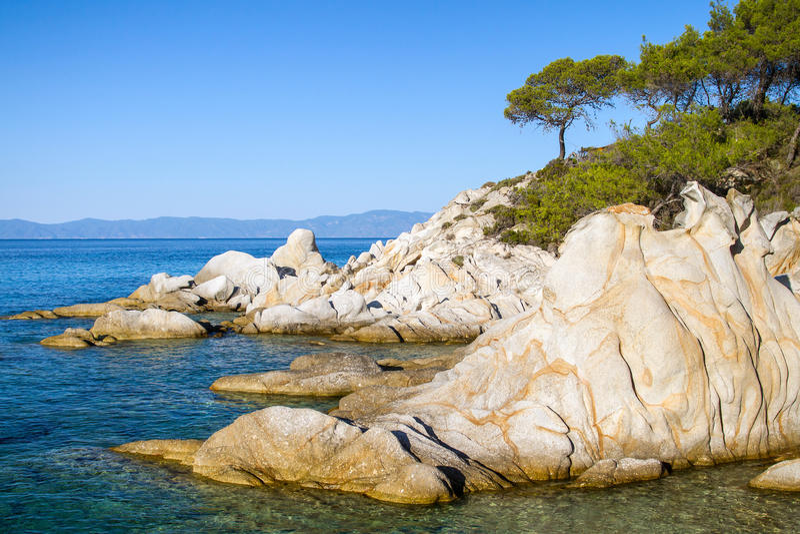 Skalisty linii brzegowej Halkidiki Kassandra półwysep w Grecja fotografia royalty free