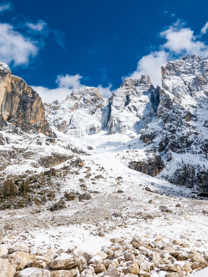 Skalisty, majestatyczny pasmo górskie w zimie, obrazy royalty free