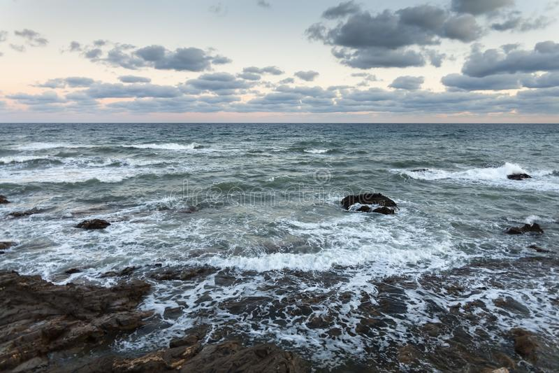 Skalisty nadmorski podczas burzy i wiatru, fotografia stock