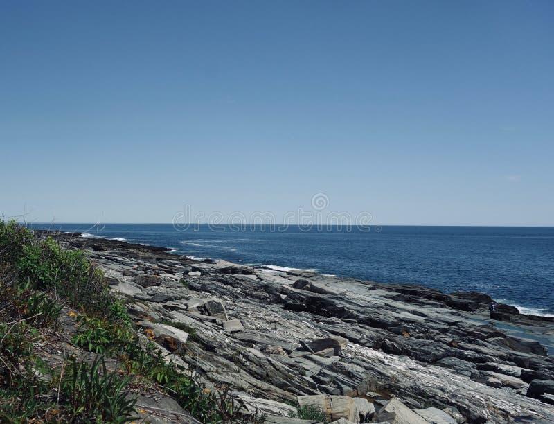Skalisty oceanu brzeg niebezpieczeństwo, wytrzymałość, siła zdjęcia stock