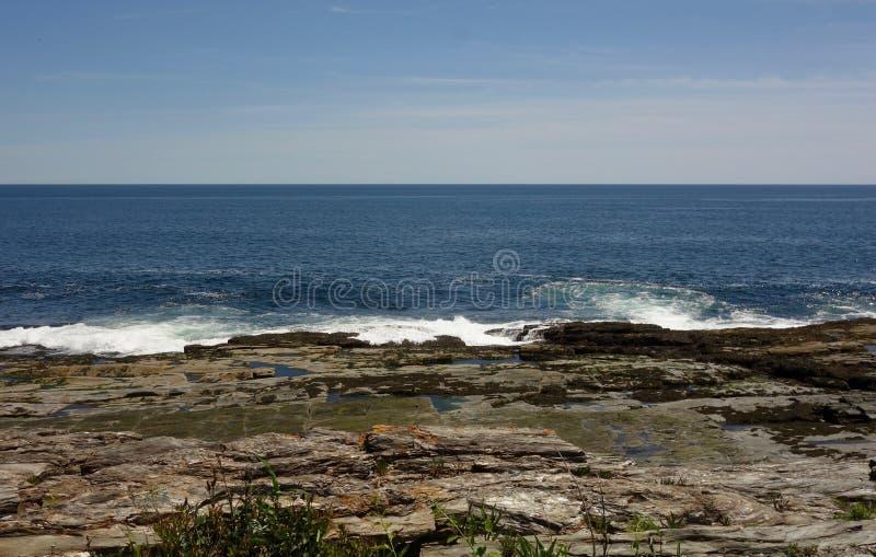 Skalisty oceanu brzeg z morze piany silną siłą fotografia stock