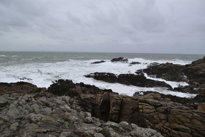 Skalisty oceanu wybrzeże w zimie obrazy royalty free