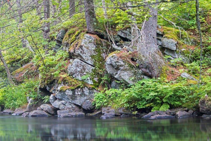 Skalisty Riverbank I Długa ujawnienie woda zdjęcie stock