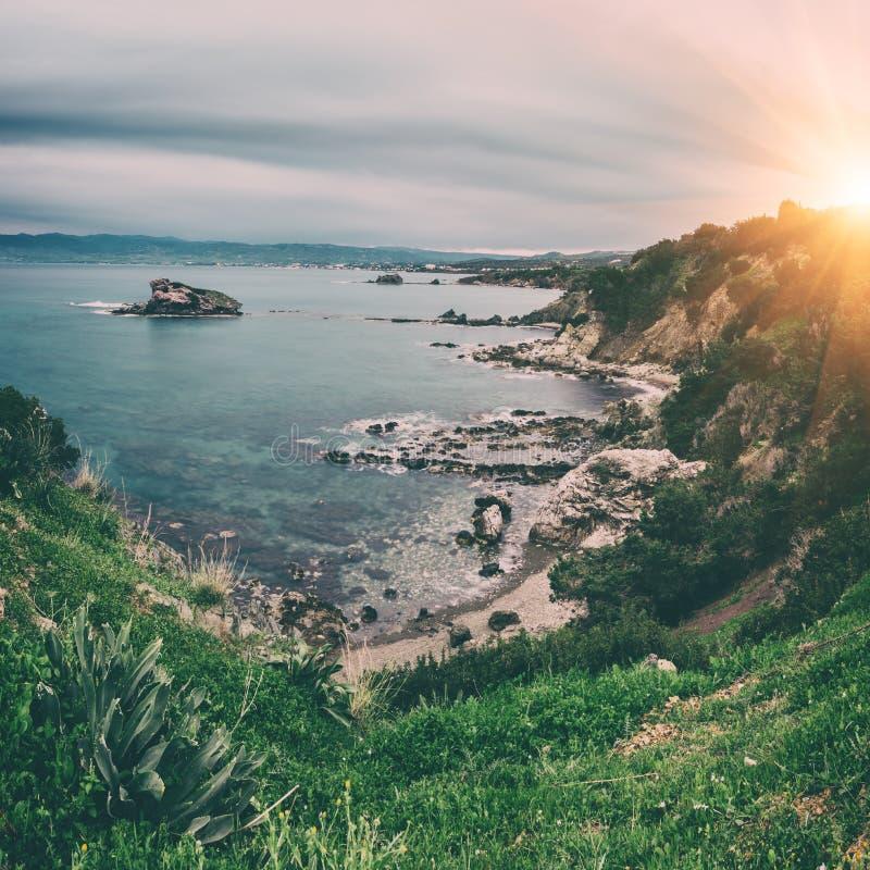 Skalisty seacoast, morze śródziemnomorskie, Cypr, podróży tło fotografia royalty free