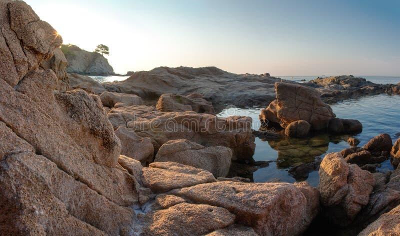Skalisty seascape w Lloret De Mar, Hiszpania Costa Brava wybrzeża morza plaża w morzu śródziemnomorskim Wschód słońca w Hiszpańsk zdjęcie royalty free