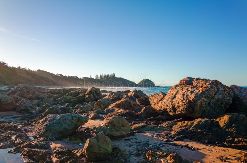 Skalisty seashore na Shelly plaży przy Portowym Macquarie Australia zdjęcia royalty free