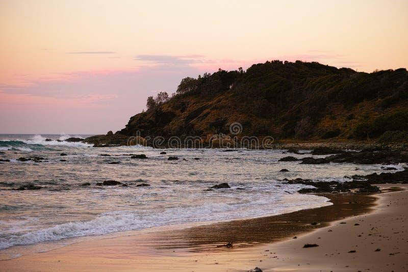 Skalisty seashore na Shelly plaży przy Portowym Macquarie Australia fotografia stock