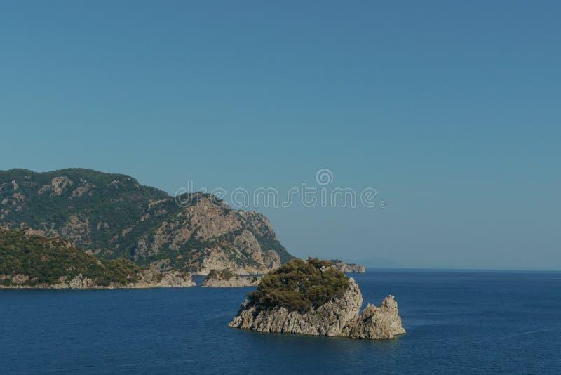 Skalisty seashore, wyspa w jasnej pogodzie zdjęcie royalty free