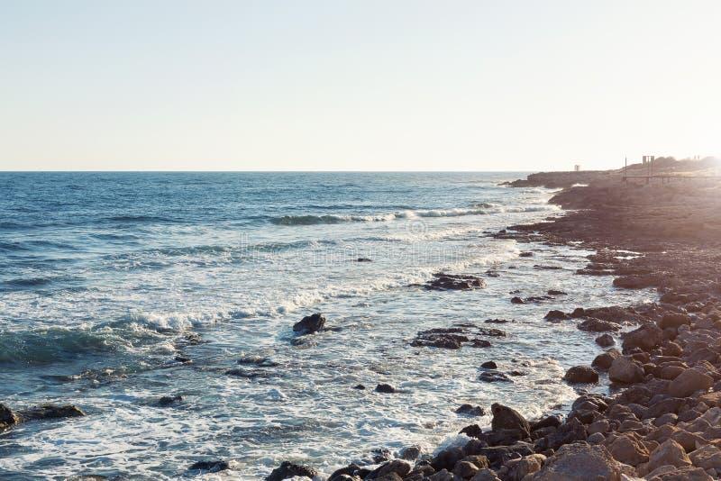 Skalisty seashore z błękitne wody zdjęcia stock