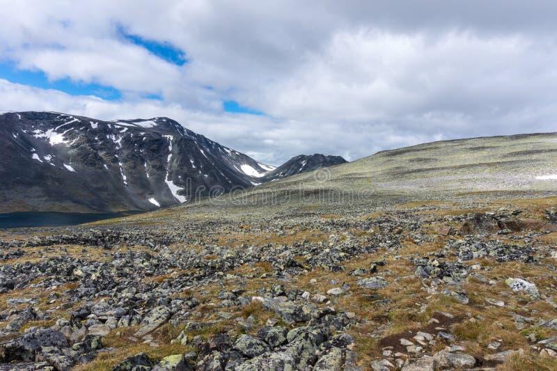 Skalisty skłon przeciw tłu nakrywać góry w J zdjęcie stock