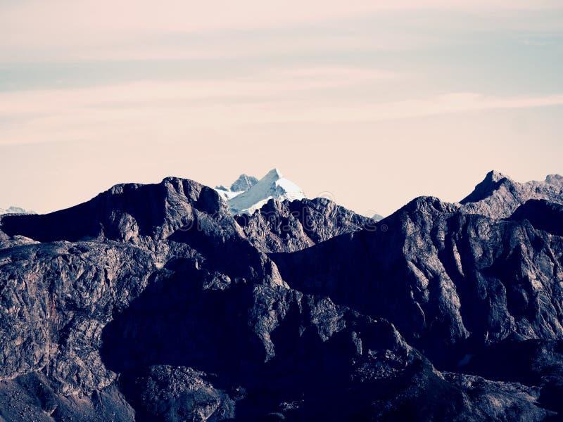 Skalisty szczyt Alps halni w słonecznym dniu Skała pod świeżym prochowym śniegiem obraz royalty free