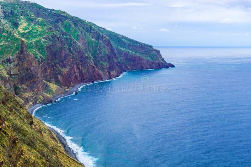 Skalisty wybrzeże Atlantycki ocean przy madera archipelagiem w Portugalia przy chmurnym dniem obraz royalty free