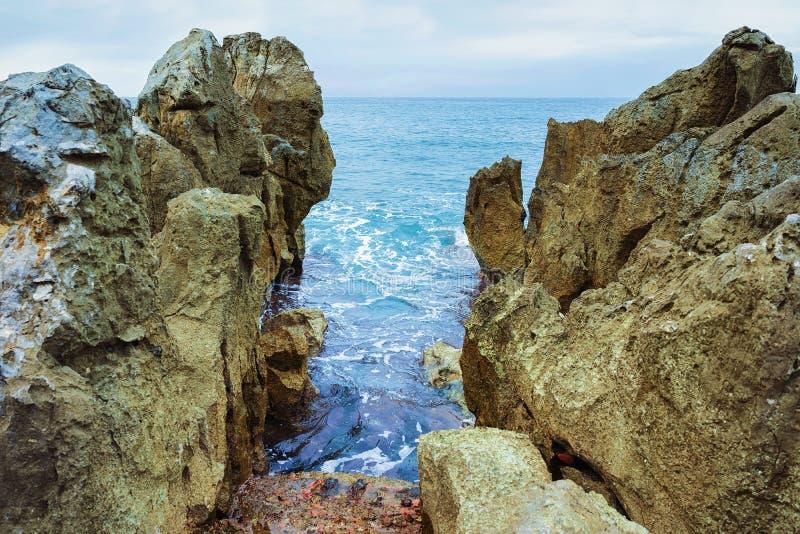 Skalisty wybrzeże Cefalu przy morzem śródziemnomorskim Sicily obraz stock