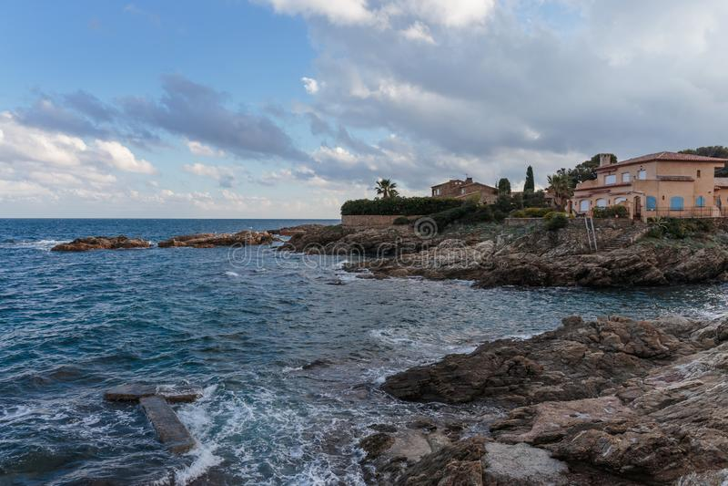 Skalisty wybrzeże Cote d'Azur obrazy stock