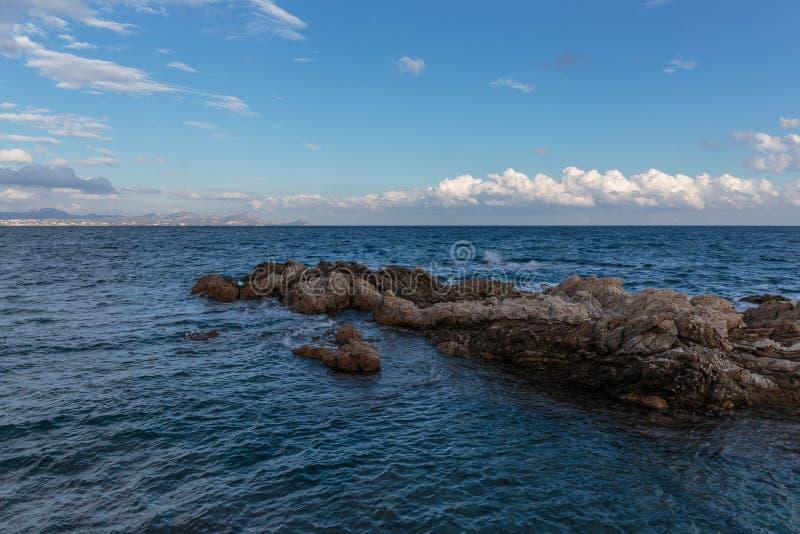 Skalisty wybrzeże Cote d'Azur zdjęcia stock
