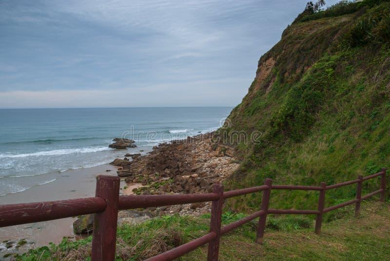 Skalisty wybrzeże krajobraz z drewnianym ogrodzeniem zdjęcie royalty free