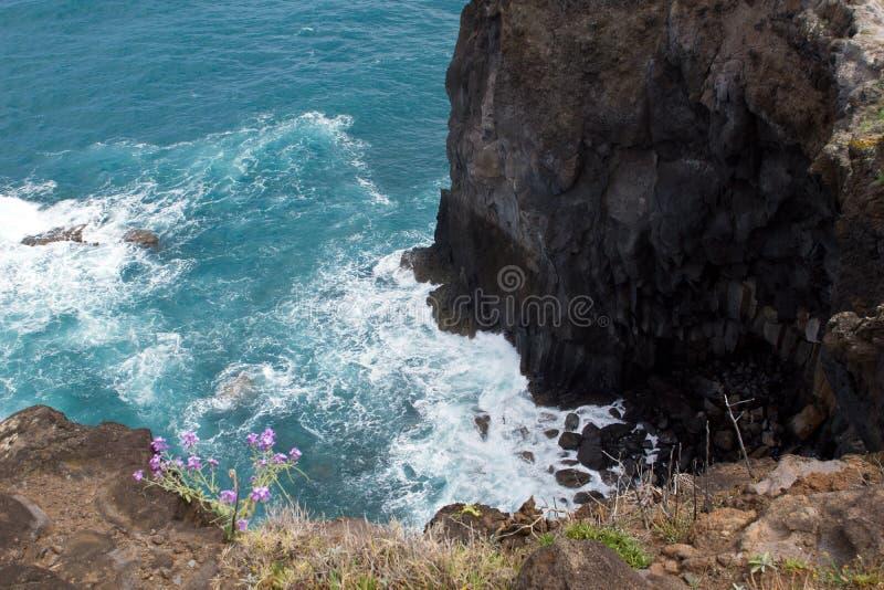 Skalisty wybrzeże madera z widokiem nad nawadnia Atlantycki ocean zdjęcie royalty free