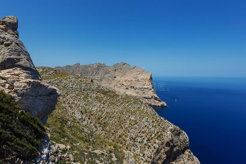 Skalisty wybrzeże nakrętka De Formentor na Mallorca wyspie obraz royalty free