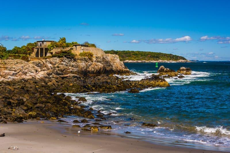 Skalisty wybrzeże przy fortu Williams parkiem, przylądek Elizabeth, Maine fotografia stock