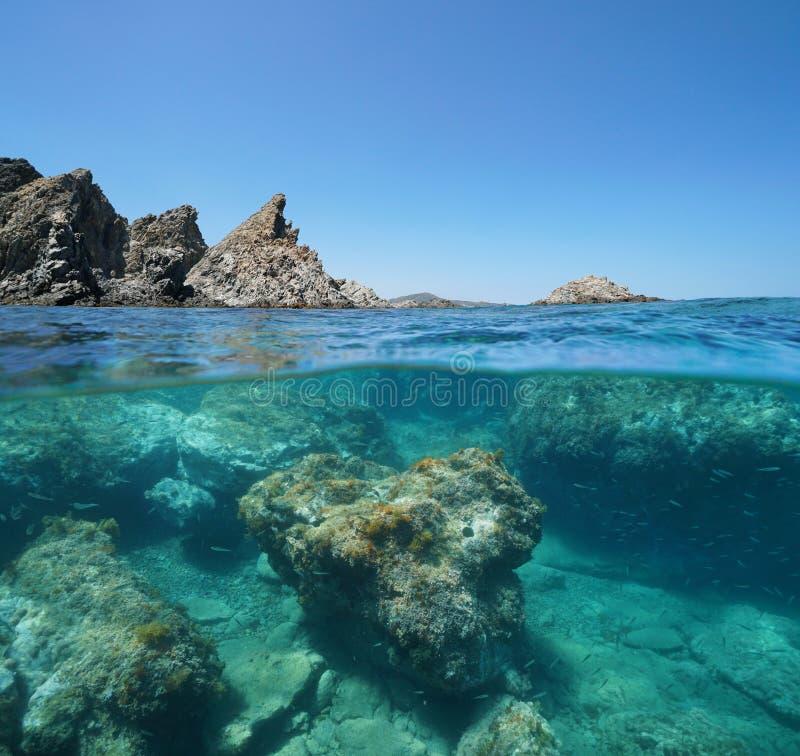Skalisty wybrzeże z rockowym podwodnym morzem śródziemnomorskim zdjęcie royalty free
