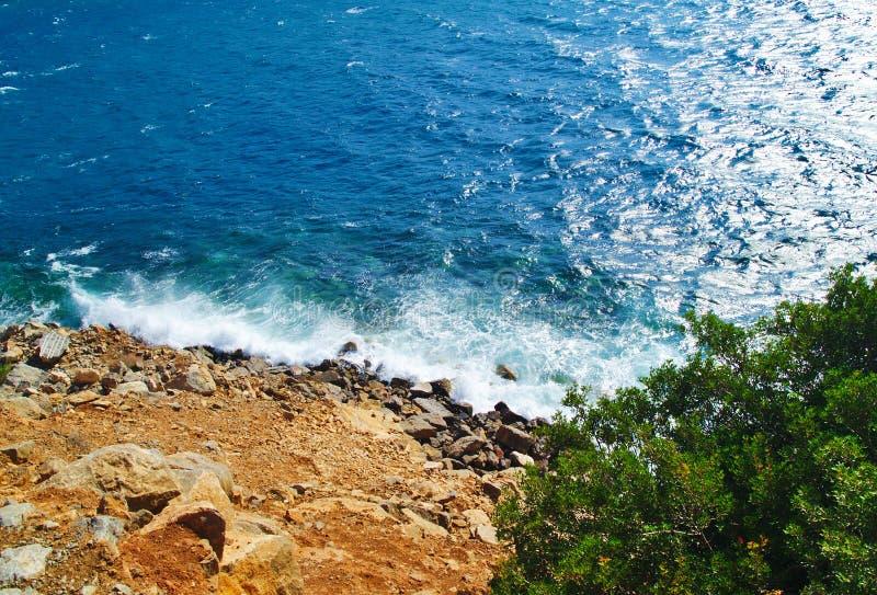 Skalisty zbocze dosięga morze fotografia royalty free