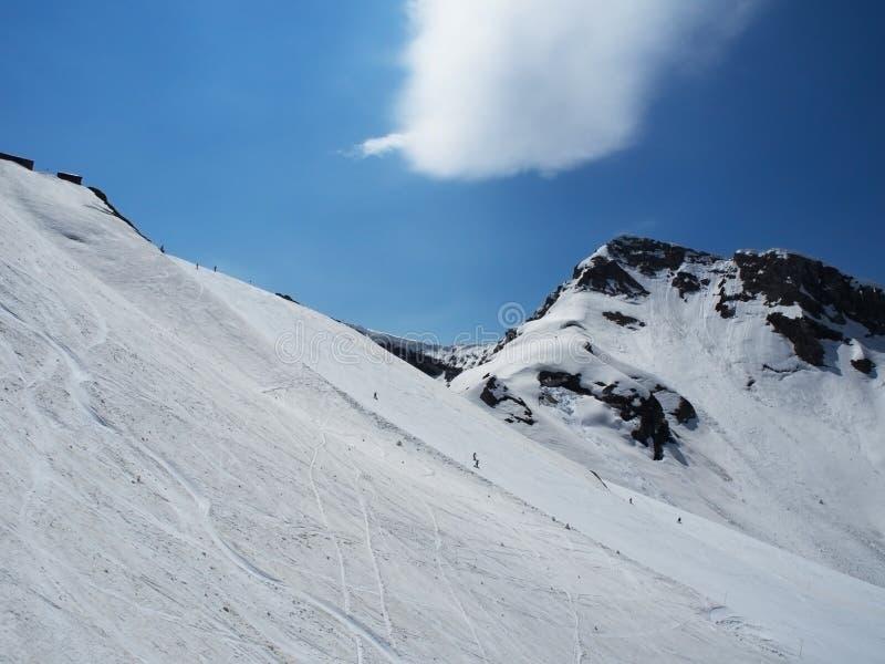 Skalistych g?r o?rodek narciarski Gorky Narciarki na górze Obłoczny ślad metiorite Rosja Sochi zdjęcie stock