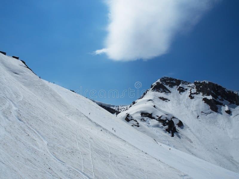 Skalistych g?r o?rodek narciarski Gorky Narciarki na górze Obłoczny ślad metiorite Rosja Sochi fotografia royalty free