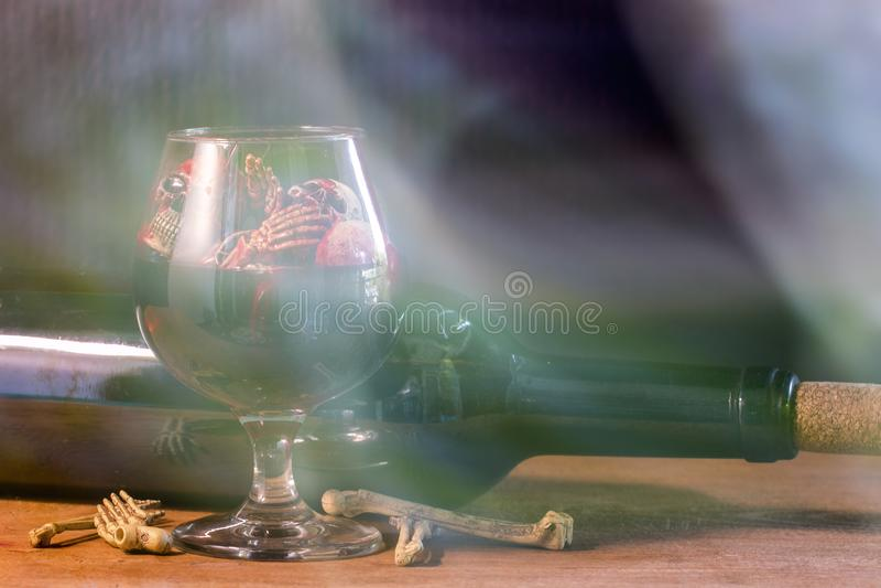 Skallar i det blodexponeringsglaset och vinet på trätabellen arkivfoton