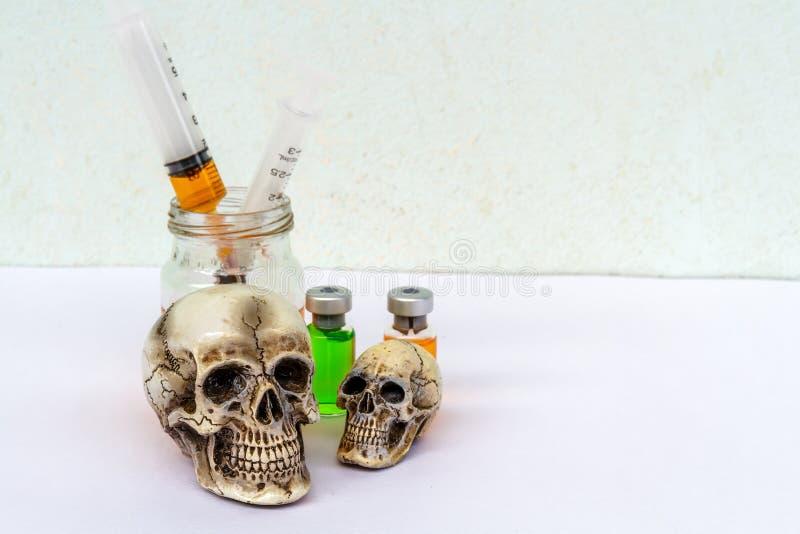 Skalle och injektionsspruta royaltyfri bild