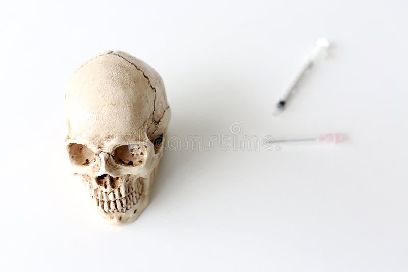 Skalle och injektionsspruta medicinska små medicinflaskor, skalle och oskarp injektionsspruta Medi arkivfoton