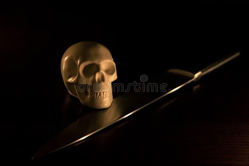 Download Skalle och kniv fotografering för bildbyråer. Bild av död - 78728495