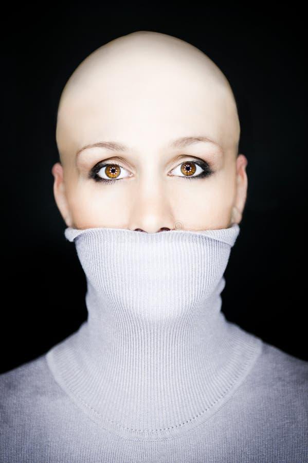 skallig halvpolokragekvinna arkivfoto