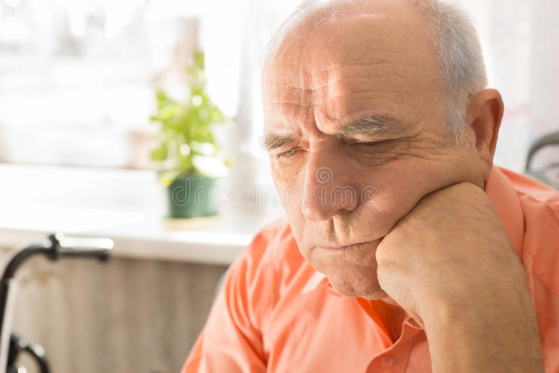 Skallig man för allvarlig pensionär med näven på hans framsida fotografering för bildbyråer