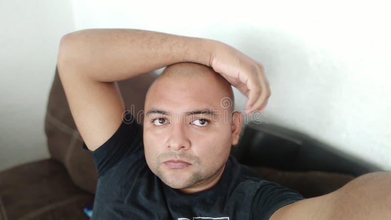 skallig manmexikan som beskriver sig royaltyfri foto